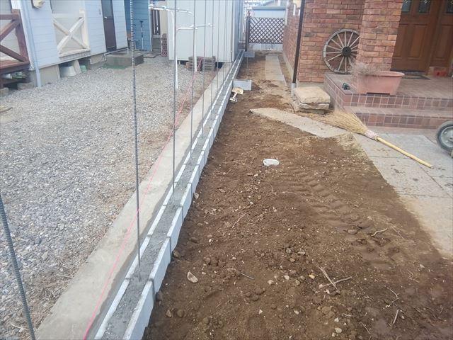 ブロック塀施工中