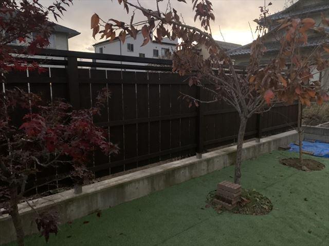 松本市波田 経年劣化で黒く変色した目隠し板塀、塗装によって蘇る